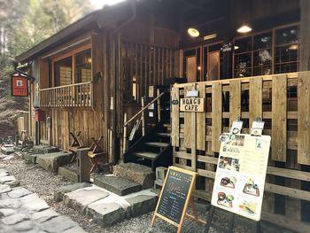 日光のパワースポットとしても知られる本宮神社の参道に建つ「本宮カフェ」。元々は、300年以上前に、神社近辺に出店を管理する「棚守」の住居として長く使われていたそう。なんと、敷地も建物も日光二荒山神社の所有なんです。