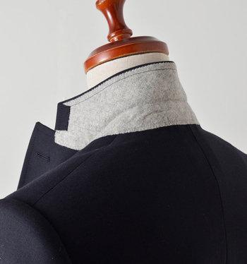 細部に至るまで、縫製が丁寧。スーツの襟にも、クオリティを支えるこんな配慮が。裏側に生地を2枚重ねて補強してあり、型崩れしにくいようになっています。