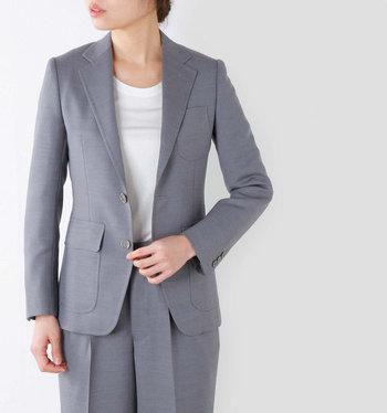 「こだわりのあるミニマル」をおしゃれに着こなす感度の高い人たちから支持を集めるブランド「SCYE(サイ)」。そのベーシックラインを展開する「SCYE BASICS(サイ・ベーシックス)」には、デニムのスカートやセットアップスーツなど多くのシーンで着こなせるシンプルで上質なアイテムが揃っています。