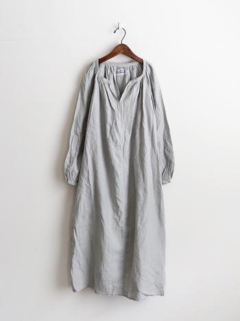 素材は肌に馴染む柔らかなベルギーリネン。亜麻の栽培から加工まで厳しい基準のもとに品質管理されて作られています。その布を体型に合わせた美しいシルエットに仕上げているのが、ジャパンブランドの「FLIPTS&DOBBLES(フィリップス&ダブルス)。  リネンは、丈夫で水に強く、汚れが落ちやすく、また着れば着るほど風合いが増します。素材を扱うプロたちは「もっとも美しく味わいを深めるのは10年後」というほど。まさに、長持ちする代表が、リネンの服なのです。