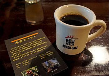 カウンターにもご神木を切り出したものを使用しています。ここに座ってコーヒーをいただけば、なんだか神聖な気持ちになりそう。コーヒーにもこだわっていて、最高品質のエスプレッソマシンを導入しているんです。深いコクを味わいながら、ゆっくりと過ごしてみては?