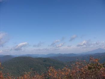二ツ森山頂からは、白神山地を一望することができます。幾重にも重なるなだらかな山容、ブナの原生林から成る深緑の森が織りなす景色は絶景そのものです。