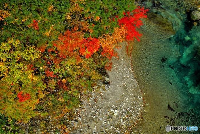 清流、藤琴川の浸食によって形成された太良峡の渓谷美は、傑出しています。様々な樹々からなる原生林、川底が見えるほど澄みきった青い水を眺め、心地よいせせらぎの音に耳を澄ませながら風光明媚な景色が広がる太良峡での散策を楽しんでみてはいかがでしょうか。