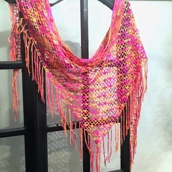糸の色がかわるとこんなに印象が違うんですね。 お洋服に合わせて好きな色を選べるのが手作りの良いところ♪