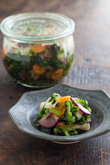 青菜や大根などのお野菜を、軽く干してから漬け始めます。青菜が手に入らない場合は、高菜でも代用可能。ご飯のお供としてのほか、お味噌汁に混ぜても美味しくいただけます。