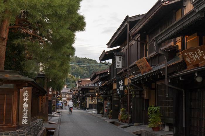 岐阜県飛騨高山の伝統的な赤かぶ漬け。高地の越冬のための貴重な保存食として、古来より重宝されてきた漬物です。鮮やかな赤い色は、厳しい冬を超えなければならない人々の心をパッと明るく照らしたことでしょう。