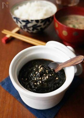 海苔の旨みがギュッと詰まった、「海苔の佃煮」。のりはパリパリの新しい海苔でなくとも、しんなりしてしまった海苔でも大丈夫。美味しく蘇らせてみてはいかがでしょう。  鍋に焼き海苔をちぎって入れ、だしやお醤油の煮汁が少なくなるまで煮込みます。その際、焦げつかないよう、かき混ぜながら煮込むのがポイントです。白ごまを振れば香ばしく、見た目もきれいな仕上がりに。