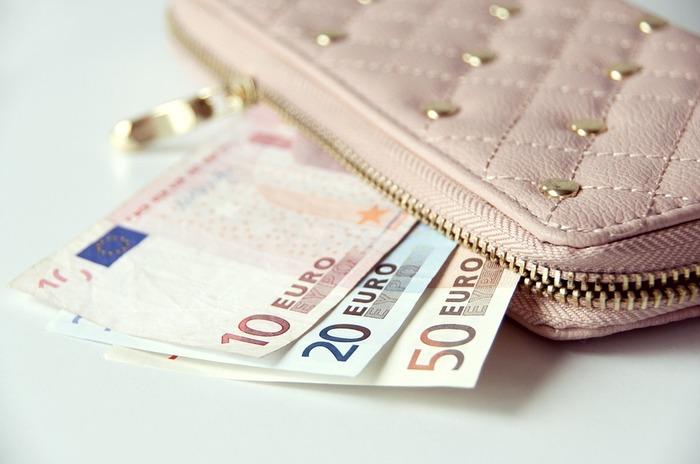 日本ではコンビニなどで少しの買い物をする時にも1万円札が使えますが、海外では高額の紙幣を受け付けてくれないことが多々あります。現地のお金に換金する際は、少額の紙幣も揃えるようにしましょう。