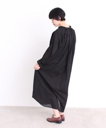 程よく光沢感のあるコットン素材で、カジュアルになりすぎずきれいに着ることが出来ます。首元や袖口にたっぷりと入ったギャザーが可愛くて、ふんわりボリュームで着られます。