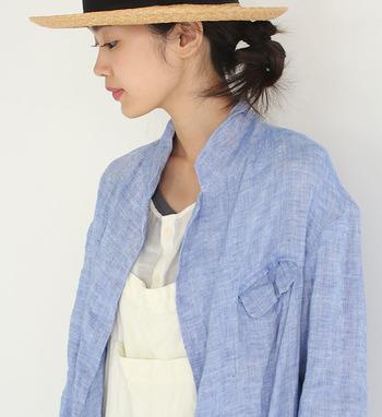 洗いざらしの爽やかな風合いが魅力のジャケット。軽い着心地でさっと気軽に羽織れます。デザインもとてもシンプルで気負いなく着られます。