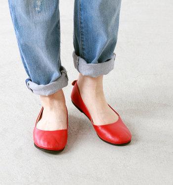 定番アイテムやシンプルな着こなしに、足元の赤いフラットシューズがお洒落に光ります。やわらかなレザーが履き心地よく、普段履きにぴったりの一足です。