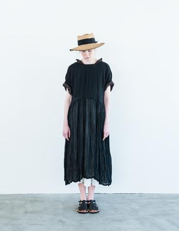 リネンだから黒でも軽い着心地です。透け感のあるスカートがふわりと揺れて可憐に着られますよ。袖口を折り返することで、こなれた印象に。一枚で着ても様になります。