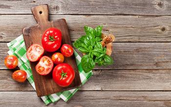 また、冷凍トマトは、うま味がアップするだけでなく、冷凍保存をすると簡単に皮がむけるという嬉しいメリットが。他にも冷凍野菜があると、雨の日や時間がない日に買い物に行かずに済んだり、朝のお味噌汁に入れたり、お弁当の彩りに添えたり、あれこれ活躍してくれます。