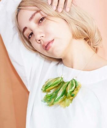 大きな花びらのようなきれいなネックレス。シンプルにTシャツやカットソーに合わせるだけで、首元がぐっと引き締まります。重なる1枚1枚がグラデーションになっていて、インパクトがあります。
