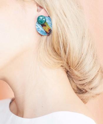 """エコな素材として注目されている""""ラクト""""を使ったアクセサリー。ターコイズやべっ甲風パーツの質感や色合いが素敵。シンプルなファッションに、きれいな大ぶりアクセサリーで耳元を彩るのはとてもオシャレですね。"""