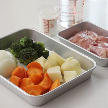 ボウルだと重なってしまう食材も平らに並べられるので、調理前の色移りやニオイ移りも避けられます。