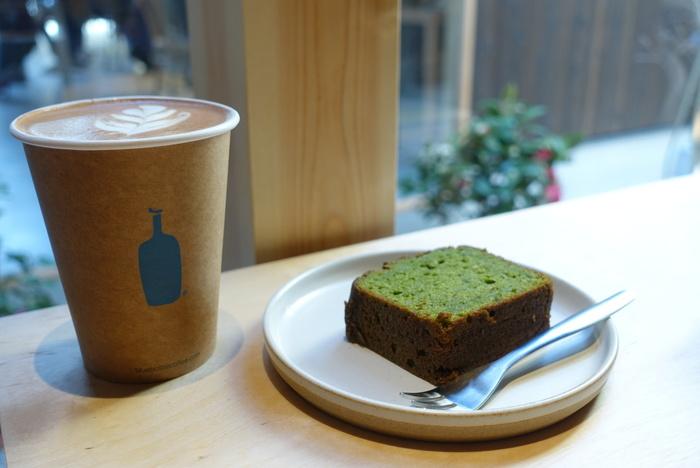 中庭にはテラス席があり、春には桜を秋には紅葉を眺めながらコーヒーを楽しむことができるんだそう。  丁寧に淹れられたコーヒーと焼き菓子でほっとくつろぐ時間を。ロゴの青いボトルが可愛いですね。趣のある町家の店舗は関西初の京都店だけ。コーヒー好きなら足を運ぶ価値のあるカフェです。