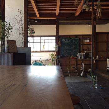 65年以上前の古民家をリノベーションした店内。すっきりとした空間に自然の草花が飾られており、気持ちよく過ごせます。