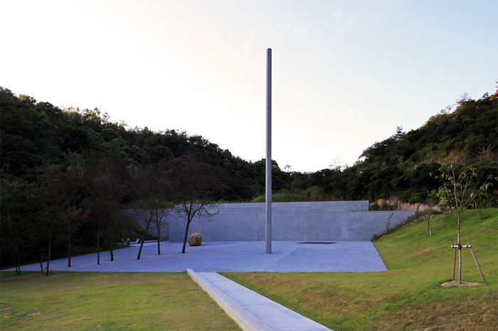直島で最も注目したいのが、海と山の谷間に囲まれた場所にある「李禹煥美術館」。こちらは彫刻家、画家として海外で非常に高く評価されているアーティスト李禹煥と、建築家 安藤忠雄がコラボレーションした美術館です。