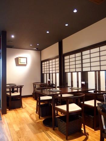 2階は「ショコラバー」というカフェに。障子や格子戸が使われた落ち着きのある空間になっています。ショコラドリンクやスイーツの他、お酒も楽しめますよ。