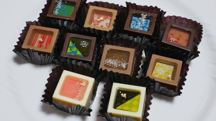 また「瑞穂のしずく」も外せない看板商品です。枡に見立てたショコラの中に厳選した日本の素材をジュレにして流し込んだ逸品。フレーバーは大きく分けてお酒、お茶、フルーツがあり、お酒は5つの蔵元とコラボしています。思わずため息のでるような美しさ。