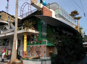 直島を訪れた観光のお客さんと、地元の方が交流できる場所として、大竹伸朗氏による風呂絵やモザイク画などのアート作品が施されています。