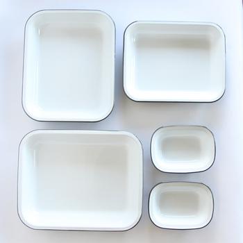 ■ベイクセット/FALCON(ファルコン) 1920年、イギリスの起業家 ジョー・クレイナーによって創業されたFALCON(ファルコン)。イギリスの伝統的なパイ料理を、作って(焼き上げて)そのままテーブルでサーブできる道具兼食器を求めた結果生まれたのが、ホーローアイテムでした。