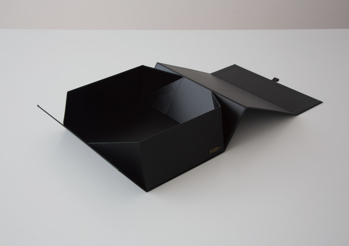 また、「THE STORAGE BOX」は紙よりも丈夫で、表面が水に濡れても破れず、傷がつきにくいのも特徴です。強い強度を備えたチップボールで箱の構造を作り、その上から耐久性の高いビニールクロスを貼り合わせています。繰り返し組み立て可能な「THE STORAGE BOX」は、ファイルの整理から本・衣類の収納まで、アイディア次第で様々な使い方が楽しめそうです。