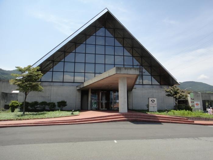 諏訪湖の南湖畔に佇む、大きな三角屋根が目印の大きな複合施設が「SUWAガラスの里の美術館」。日本最大級のガラスショップとミュージアム、製作体験もできるガラス工房、そしてレストランで構成されています。