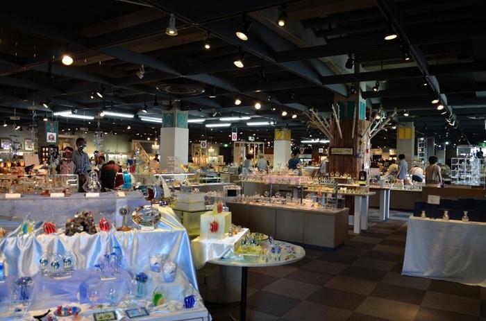 ガラスショップはお土産探しにぴったり。ガラス作家の一点ものから、日常使いしやすいアクセサリーや雑貨、器など…。色とりどりで、キラキラとしたガラスが美しく、見ているだけでも心が潤いますよ。
