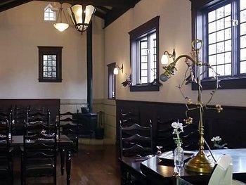 ダークブラウンの木が美しい店内は、別荘が建てられた当時のままの内装をできるだけ残しています。2006年に登録有形文化財に登録されました。