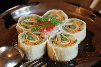 「湯波とかんぴょうのサラダ」は、かんぴょうや野菜を日光湯波を太巻きのように巻いたお料理。繊細でなめらかな湯波とかんぴょうの歯ごたえが絶妙でさっぱりした味わい。見た目もキレイで女性にも人気です。