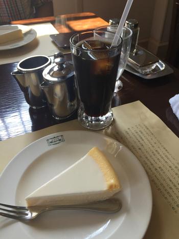 伝統のチーズケーキ「日瑠華(ニルバーナ)」は、手間と時間をかけて仕上げた40年間愛されている逸品。材料は、クリームチーズ・卵・砂糖だけのシンプルさがこだわり。味の決め手となるクリームチーズはデンマークの中でも厳しい基準をクリアした最高級品を使用。コクがあり濃厚なミルクを感じるクリームチーズの風味を活かすため、一般的なチーズケーキよりもふんだんに使用しているそう。しっとりなめらかな舌触りと口いっぱいに広がる濃厚さで、お土産にも人気です。