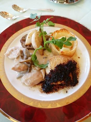 お肉系のお料理もおすすめ。高級感のあるプレートに盛り付けられたお料理は、うっとりしてしまう美しさ。ランチはコースが中心なので、お腹を空かせて行くとよさそう。