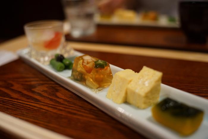 味はもちろん、盛り付けもステキ。細長いプレートに少しずつ盛り付けられた前菜は、いろいろな食感や色合いを楽しめます。