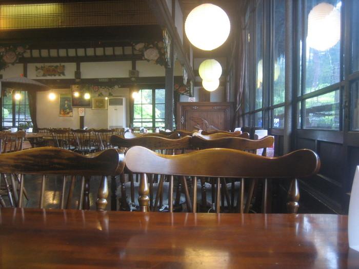 使い込まれたテーブルや椅子、磨かれた床など、クラシカルな雰囲気は、まるで明治時代にタイムスリップしたかのよう…。店内のあちこちに当時の面影が残っています。