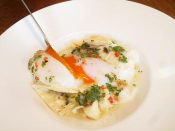 """ランチは、コースとアラカルトがセレクトできます。こちらは、ランチの前菜で「温泉卵の生ユバ添え、オリーブソース」。なめらかな舌触りの日光湯波に温泉卵を絡めれば、濃厚なコクが口いっぱいに広がります。""""素朴な中にもどこか新しさを秘めた、暖かみのある一皿を""""というお店の想いが伝わってくる一品。"""