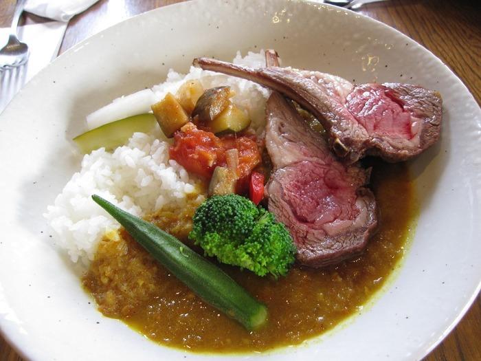 アラカルトメニューも充実しているので、カジュアルにランチを楽しみたい方はこちらもおすすめ。「仔羊のスパイシーカリー」は、柔らかなお肉とスパイスのバランスが最高と評判です。シェフが手掛ける上質なお料理を奥日光で堪能してみてはいかがでしょうか?