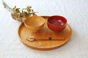 石川県山中温泉の奥にある工房で、三代にわたって木のうつわを作り続けている白鷺木工のうつわは、ほっこりとした気持ちになれる温もりのあるものばかりです。日常使いできる漆椀は、ずっと使い続けたくなる美しさを備えています。