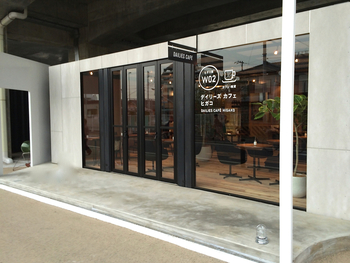 JR東小金井駅の西側にある高架下にできたカフェは、スタイリッシでおしゃれな外観。地元の方を始め多くの方が訪れています。ひとりでもグループでも、家族でもふらっと訪れたくなるカフェです。