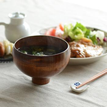 石川県にある山中漆器の老舗、我戸幹男商店とデザイナーの竹内茂一郎さんがコラボして生まれたこちらの汁椀は、独特の流線形がとても美しいうつわです。伝統技術と新しいデザインの融合は、現代の暮らしに漆のうつわを取り入れやすくしてくれました。