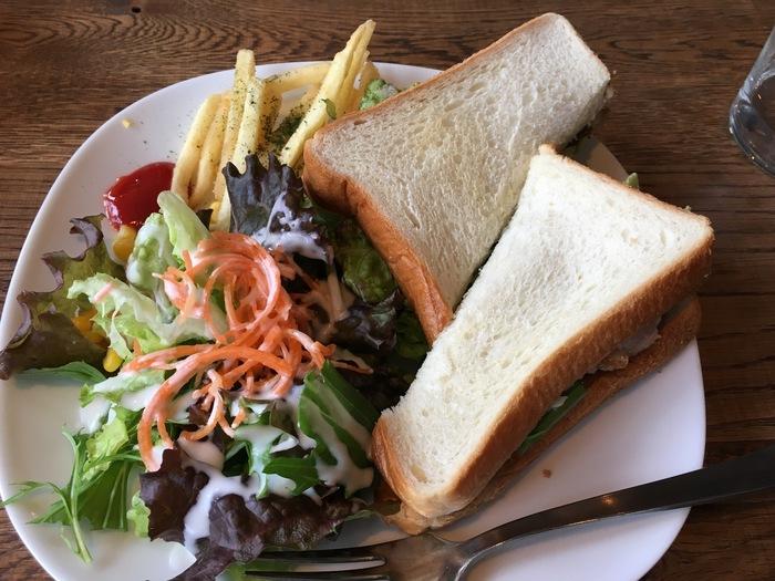 お野菜たっぷりのサンドイッチは、ランチの人気メニュー。サンドイッチだけでも3~4種類あり、ほかのフードメニューも充実しているのが魅力。