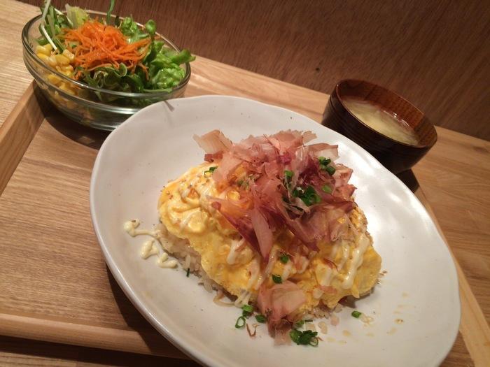 遅めのランチもここでいただけます。こちらは15時からいただける「和風オムライス」。ふわふわの卵にたっぷりのかつお節がやさしい味。