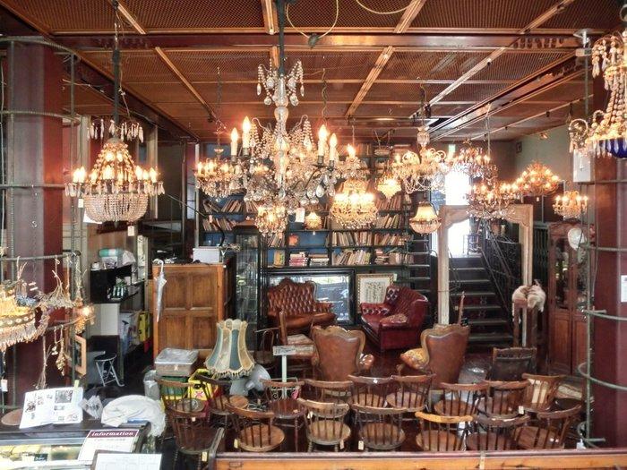 4フロアある店内には、ヴィクトリアンやフレンチ、カントリー家具などがぎっしり並べられています。宝探しをするようにひとつひとつじっくり見ていると、あっという間に時間が過ぎていきそう。