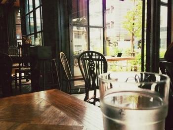 カフェスペースは1階にあります。お天気が良い日はテラス席が気持ち良いですね。ダークブラウンの落ち着いた店内は、ヨーロッパのような異国の雰囲気が味わえます。