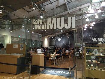 店舗の2階に上がってすぐ目に入る広いスペースがカフェ。ショッピングをしながら、ふらりと立ち寄れる気軽さが人気です。