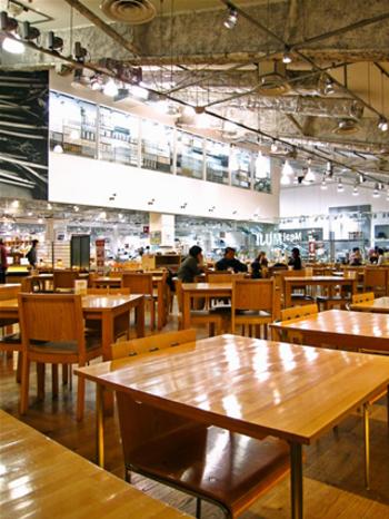 ナチュラルな木目調の椅子とテーブルが並ぶ店内は広く、おしゃれな食堂のような雰囲気。ベビーカーでも入れるので、小さなお子さん連れでも安心です。