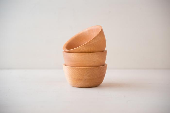 長野県御代田町で木工所を開設されている後藤睦さんは、伝統的な技法を生かし、日常生活に溶け込むアイテムを製作されている木工作家さんです。木のボウルはほどよい厚みがあり、滑らかなでやわらかな手触りにずっと触れていたくなってしまう逸品です。