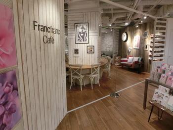 カフェの入り口は、白と木目がベースのナチュラルカントリー調です。