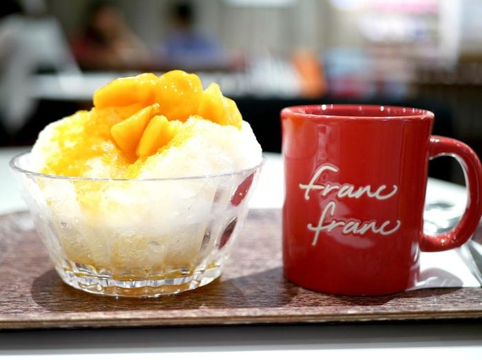 気温が上がってくると食べたくなるのが冷たいスイーツ。とろとろのマンゴーソースのかかったかき氷は、ジューシーで濃厚な甘さ。カフェの盛り付けやコーディネートを参考に、おうちでも楽しんでみてはいかがでしょうか?